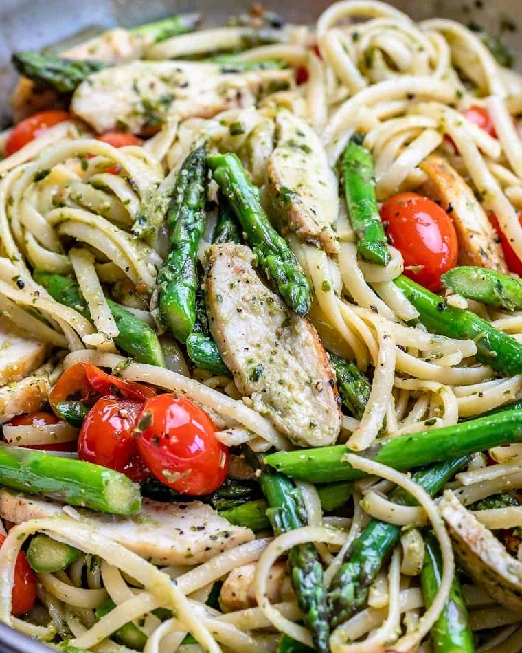 Primi piatti estivi, padella con linguine ai pomodorini e asparagi