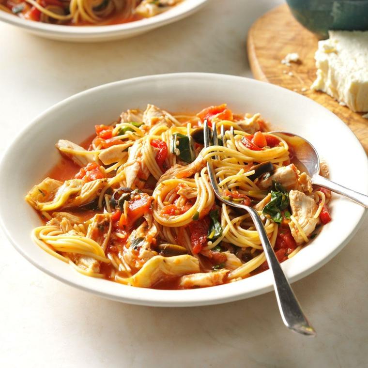 Ricette pasta, piatto con spaghetti al pomodoro e fettine di pollo