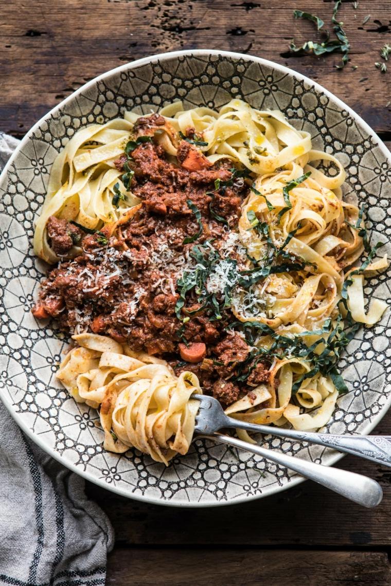 Piatto di fettuccine con ragù di carne e verdure, idea per un primo di pasta