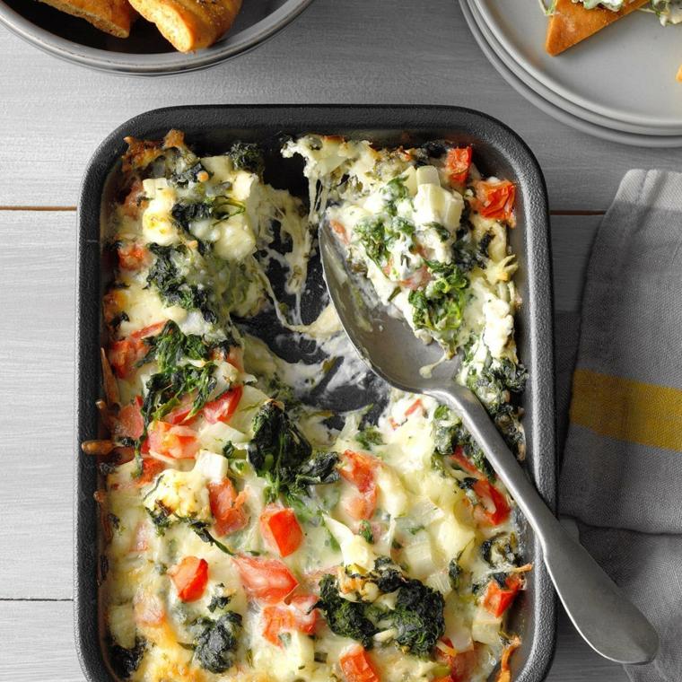 Teglia con pasta al forno con formaggio e pomodorini tagliati a dadini