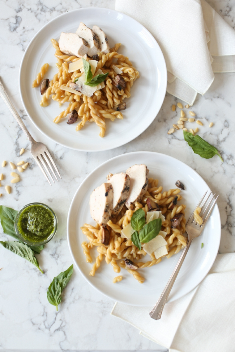 Piatto di fusilli con petto di pollo e foglie di basilico, ricette con la pasta