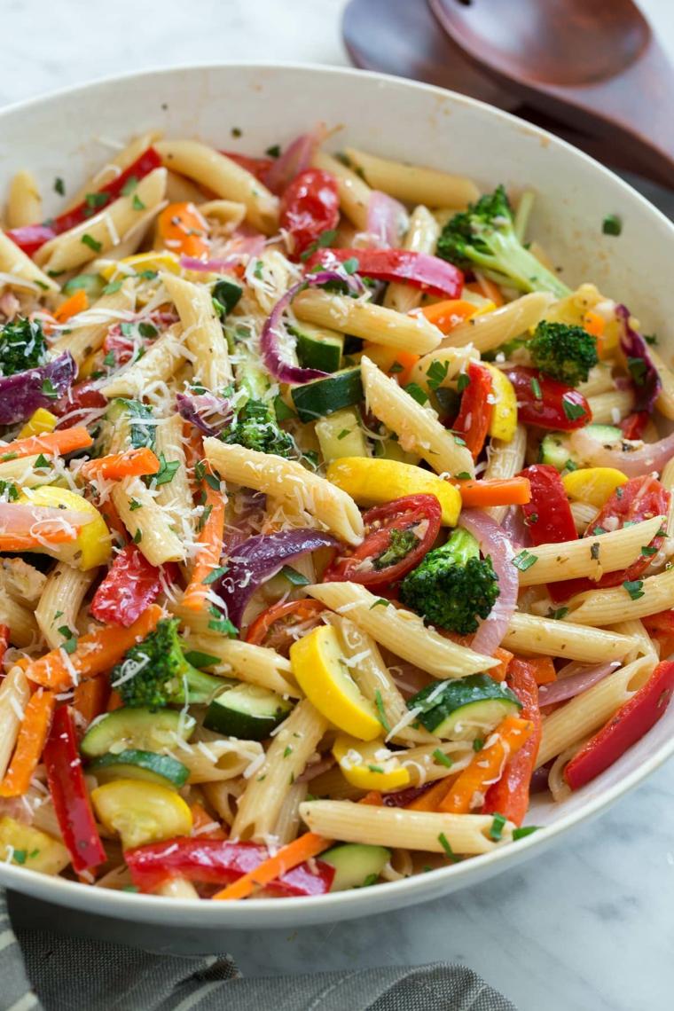 Penne primavera con verdure, piatto di pasta con broccoli e zucchine