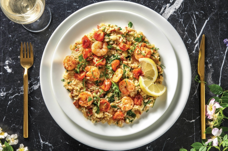 Primi piatti veloci ed economici, piatto con risotto ai frutti di mare con gamberetti e limone
