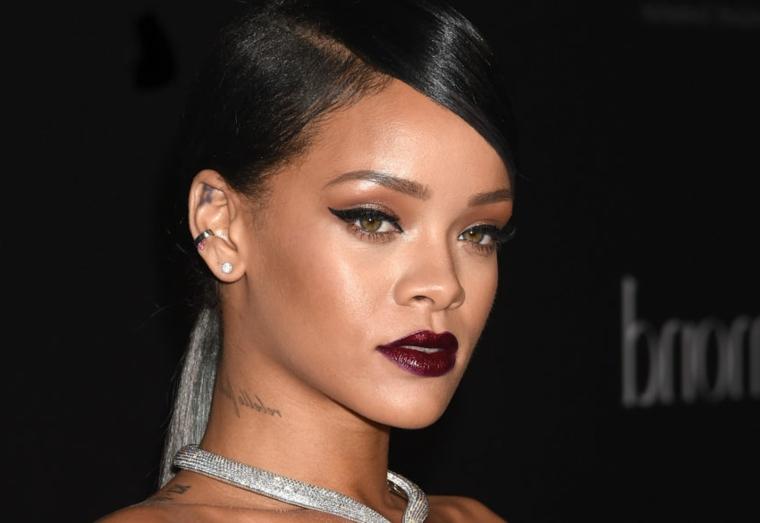 Rihanna con un trucco dark, ombretto occhi marroni, rossetto dark lucido