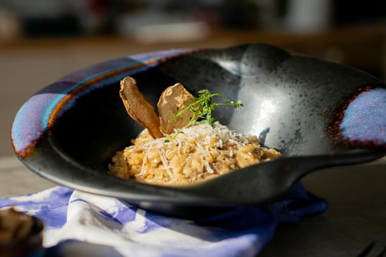 Idee primi piatti, piatto con risotto ai funghi, piatto decorato con timo e funghi secchi