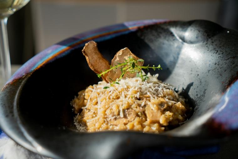 Ricette estive veloci ed economiche, piatto di risotto ai funghi e timo