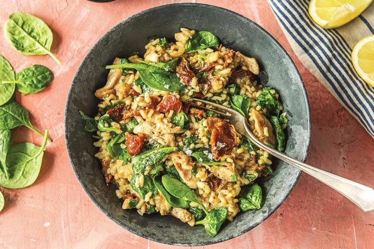 Idee primi piatti, risotto ai funghi con foglie verdi di spinaci e limone