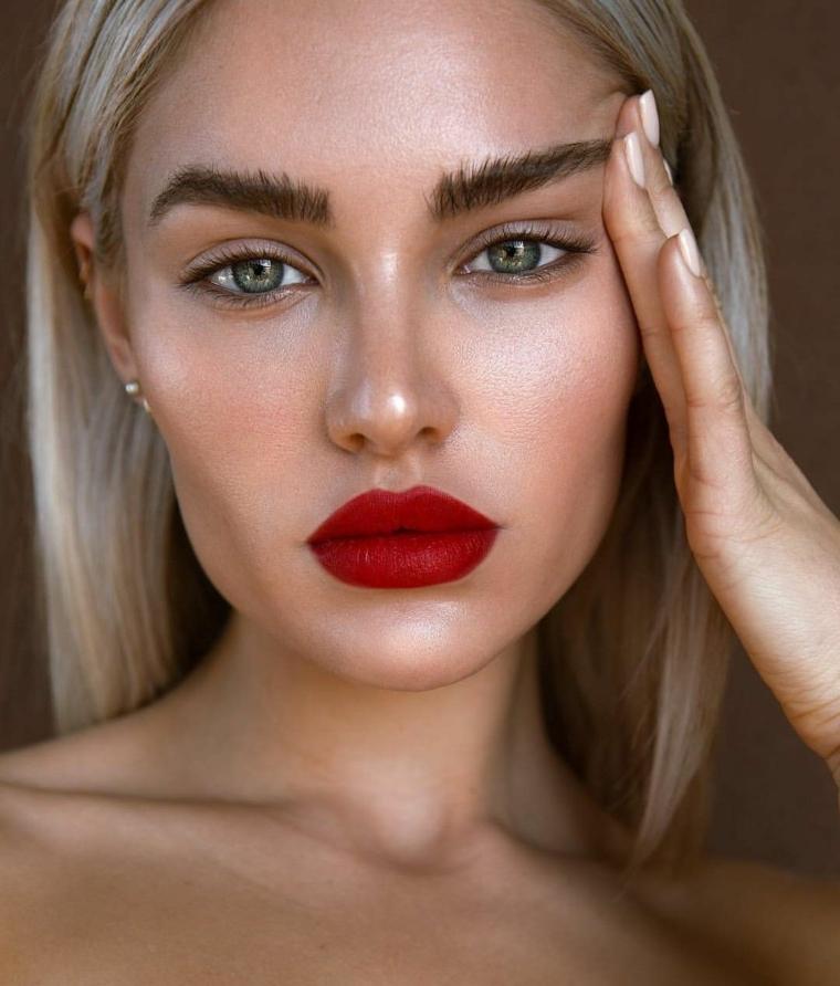 Come truccare gli occhi, ragazza con capelli biondi e rossetto rosso mat