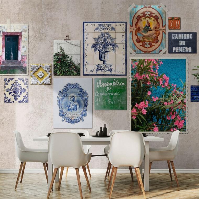 Sala da pranzo con tavolo e sedie, parete decorata con poste colorati
