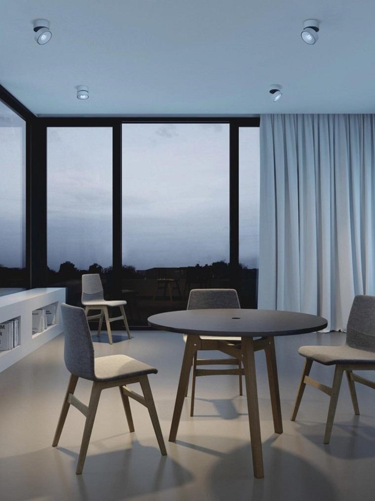 Sala da pranzo con tavolo rotondo, soffitto con illuminazione con faretti