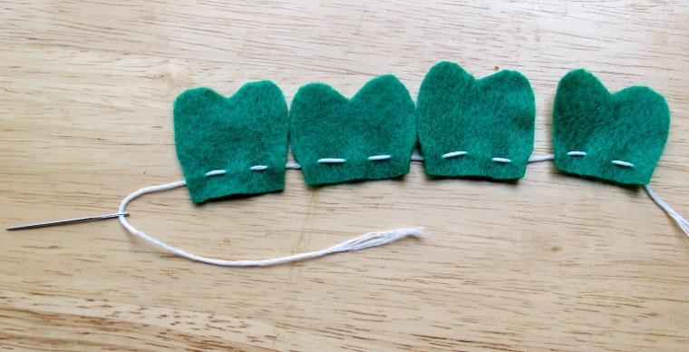 Come fare segnalibri bellissimi, filo e ago con pezzettini di feltro verde a forma di cuore