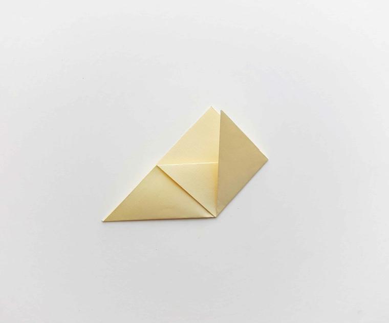 Foglio per origami piegato in diverse parti, come fare un segnalibro