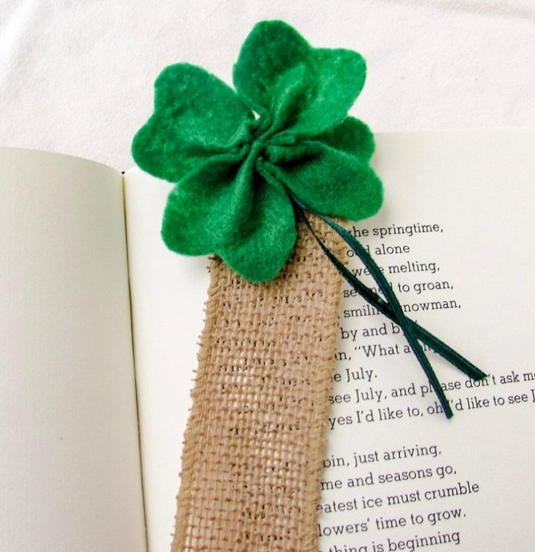 Segnalibri fatti a mano, quadrifoglio di feltro verde, segnalibro sulle pagine di un libro