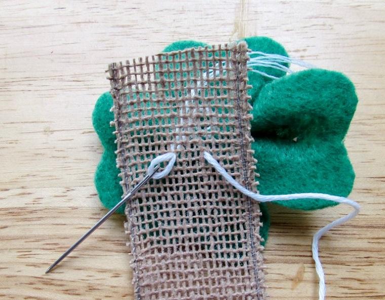 Come fare dei segnalibri bellissimi, quadrifoglio di feltro verde su un nastro di canapa