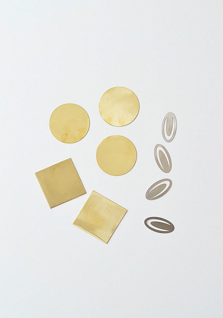 Come fare un segnalibro, cerchi e quadrati di colore oro con fermagli
