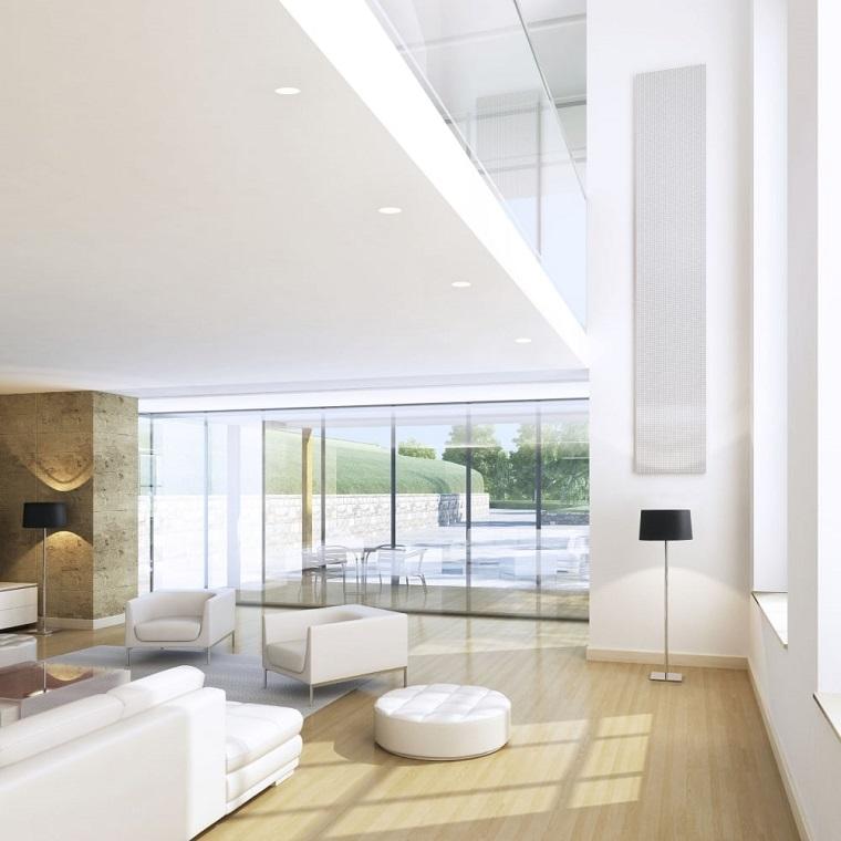 Open space con soggiorno, faretti su un soffitto di colore bianco