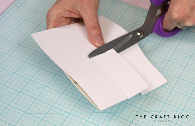 Biglietto festa del papà, donna che taglia un foglio di carta di colore bianco