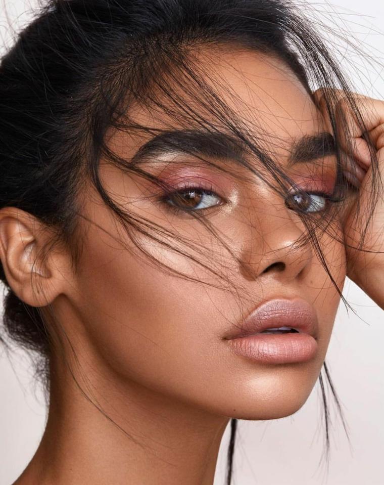 Ombretto occhi marroni, ragazza con matita nera e rossetto di colore nude