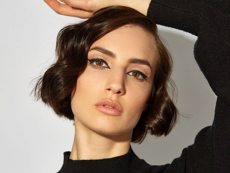 Make up occhi marroni, donna con capelli caschetto ricci, trucco per occhi con eyeliner