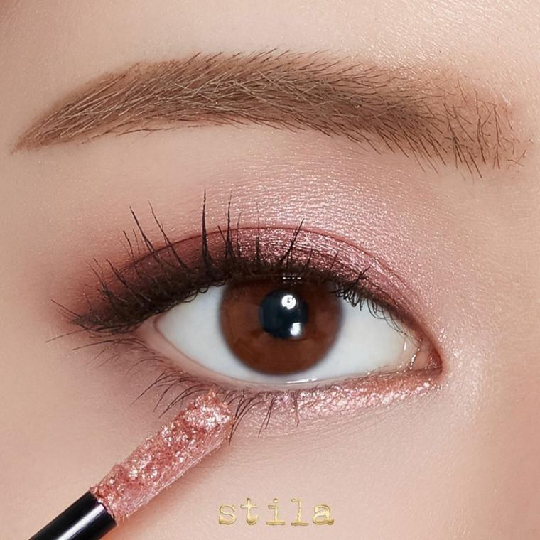 Make up donna, ombretto di colore marrone applicato con un pennello