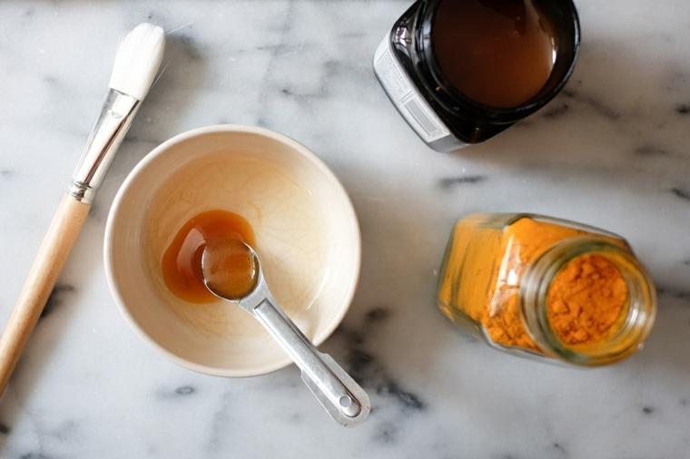 Ingredienti in barattoli e piattino, cucchiaio con miele in una ciotola rotonda