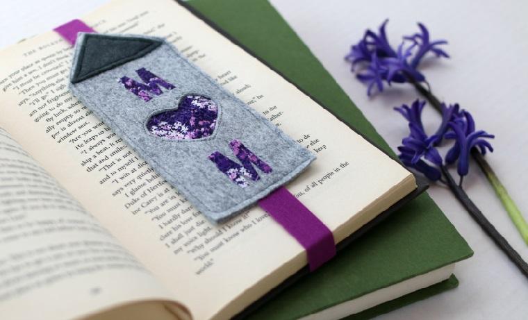 Un libro con segnalibro di feltro colorato, segnalibro fai da te con scritta