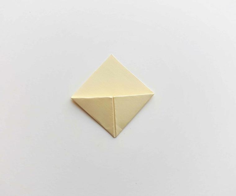 Foglio per origami piegato in diversi punti, come fare dei segnalibri bellissimi