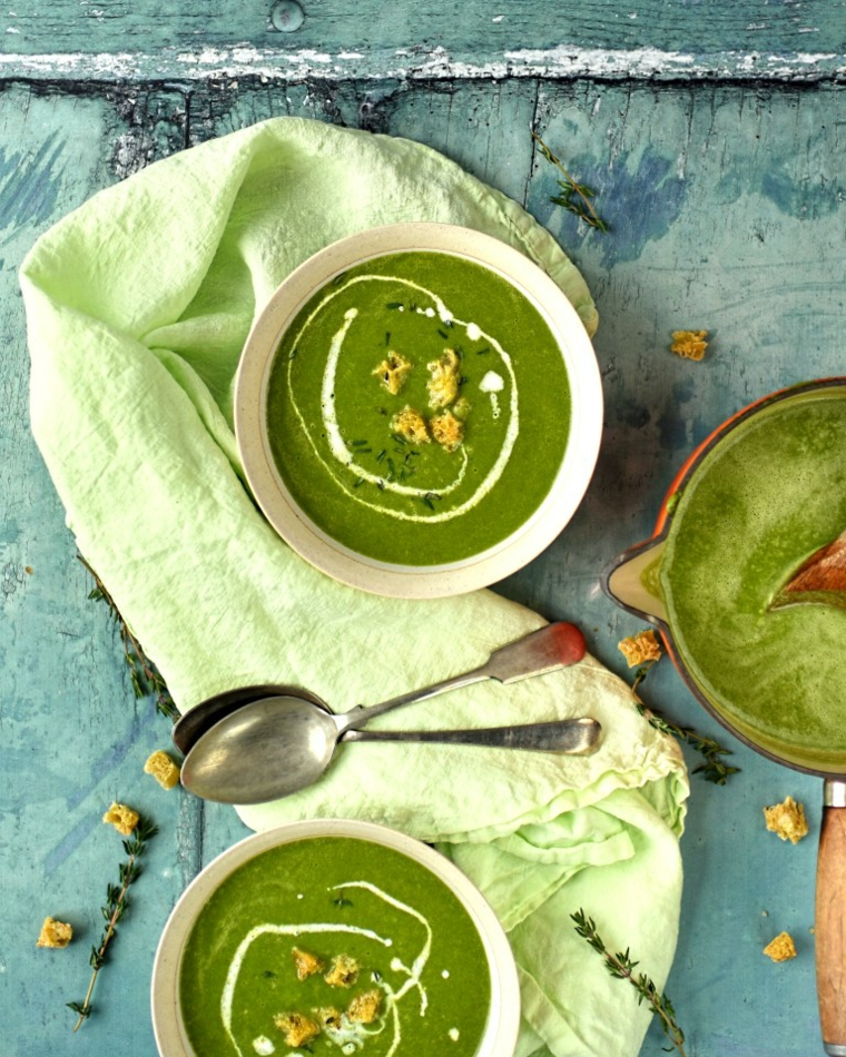 Piatto con minestra di colore verde, piatto con vellutata di broccoli