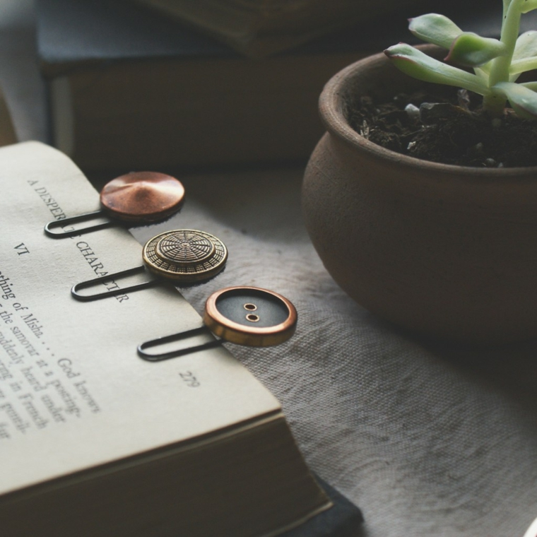Vaso con pianta, libro con segnalibro fatto a mano, segnalibro con fermaglio per carta e bottoni