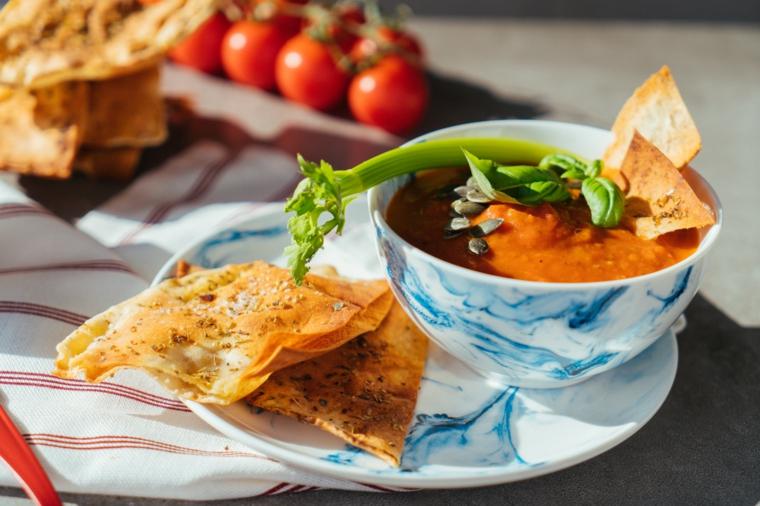 Ciotola con zuppa di pomodoro, idee primi piatti, piattino con pane croccante