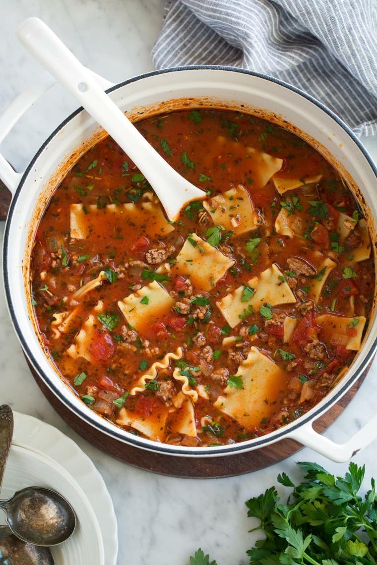 Pentola con minestra di lasagna, idea per un primo piatto di lasagne al ragù