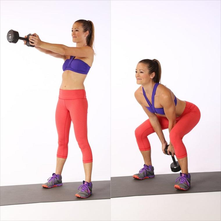 Donna che esegue esercizi con i manubri, allenamento gambe a casa con manubri