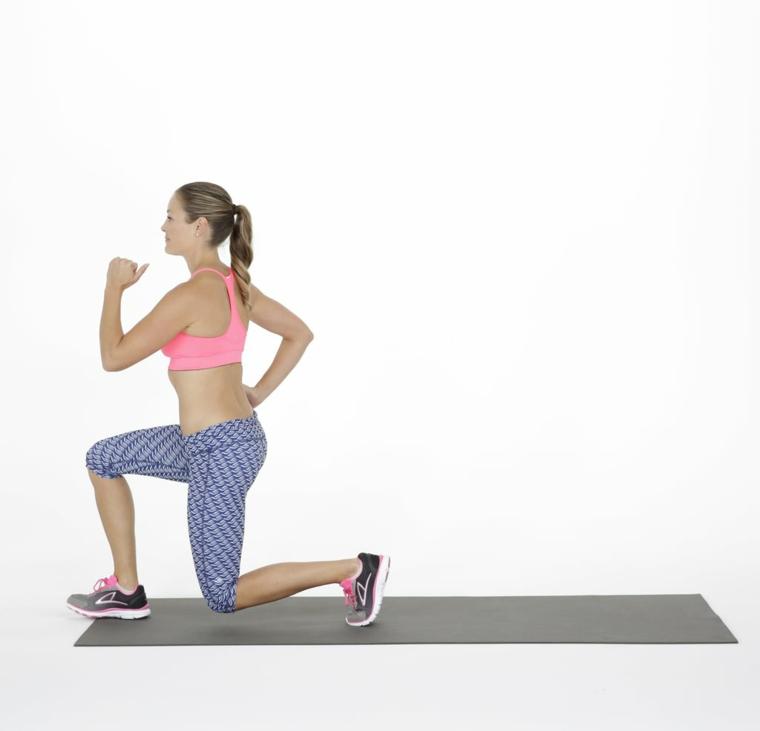 Esercizi da fare a casa, donna che esegue esercizi per gambe sul tappetino