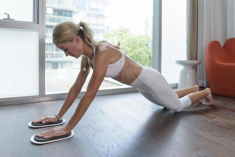 Scheda allenamento per aumentare massa muscolare a casa, donna che allena gli addominali