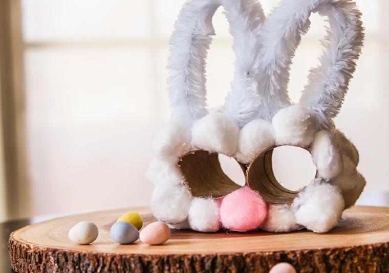 Binocolo a forma di coniglio, tronco di legno con ovetti pasquali, creazioni con la carta