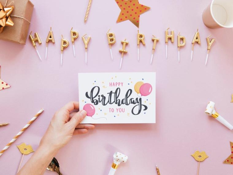 Immagini di buon compleanno, foto con cartolina e candeline con lettere colore oro