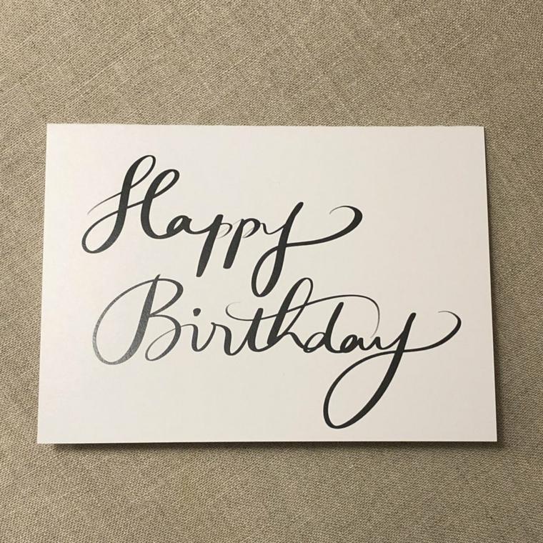 Come augurare buon compleanno, cartolina bianca con scritta in inglese Happy Birthday