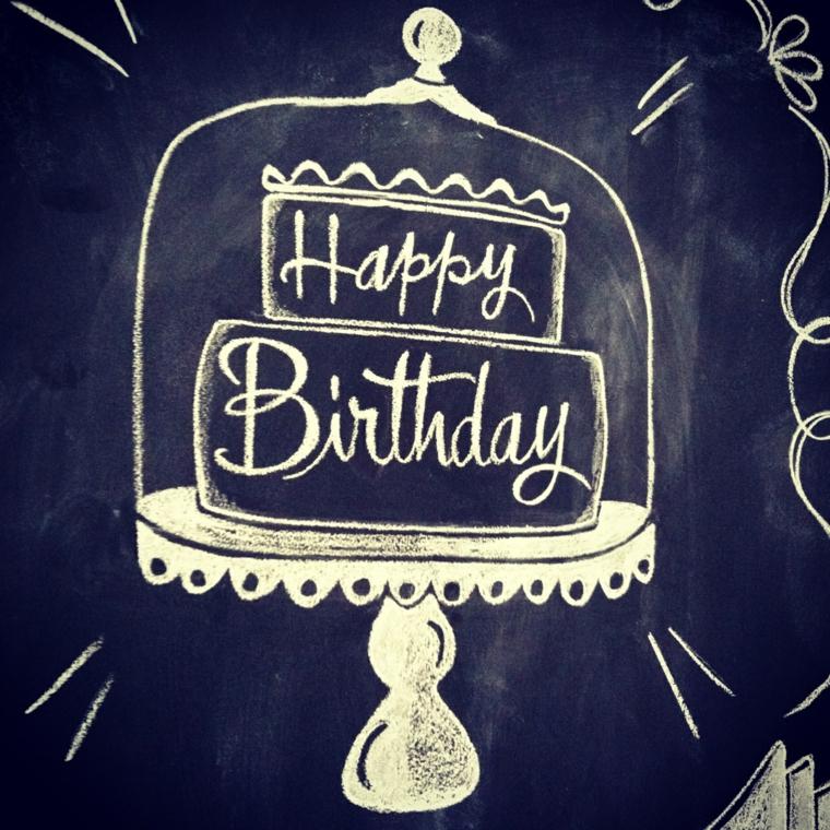 Foto con disegno su una lavagna con gesso, tanti auguri di buon compleanno