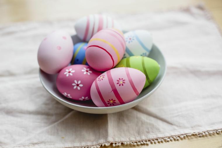 Piatto con uova di Pasqua colorate, immagini di Pasqua divertenti, uova sode con disegno di fiori