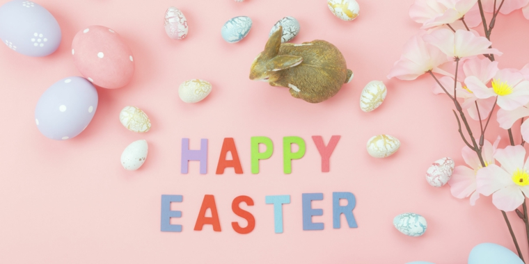 Foto con sfondo rosa di un coniglio e ovetti colorati, buona Pasqua 2020 immagini