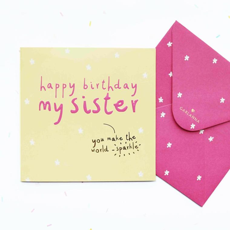Biglietti di auguri di buon compleanno, cartolina con scritta accanto ad una busta rosa