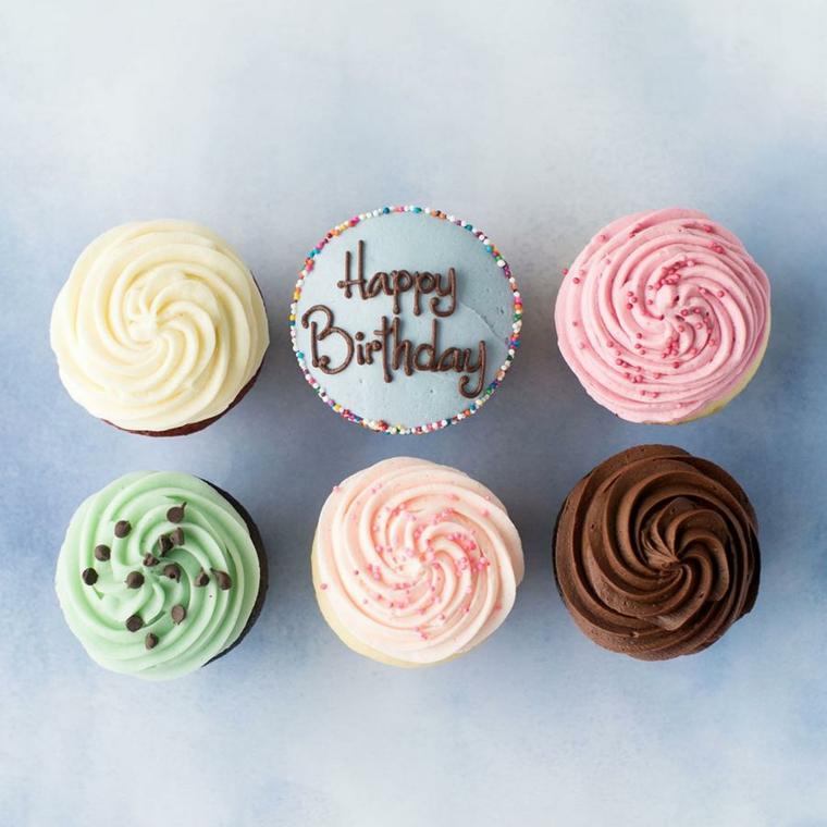 Immagini auguri di compleanno simpatici, foto di cupcake con scritta Happy Birthday