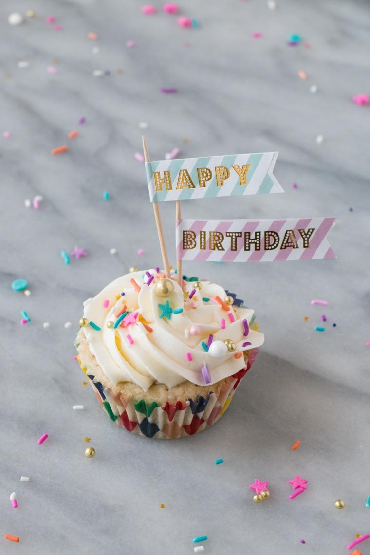 Cartoline di buon compleanno, cupcake con panna e topper di carta con scritta