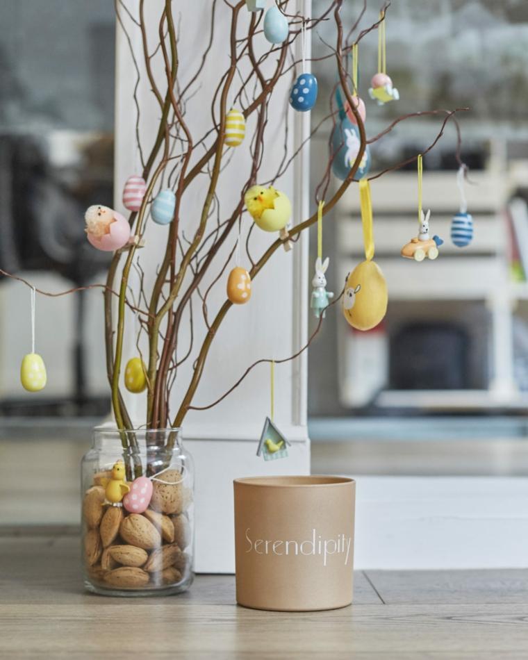 Albero pasquale decorato con uova colorate, auguri di buona Pasqua immagini