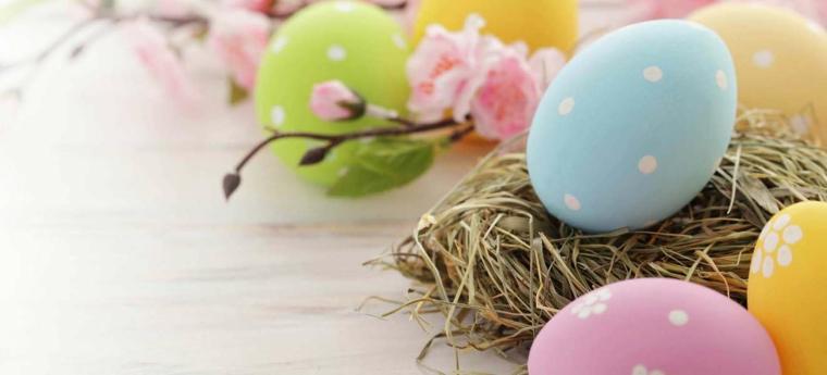 Immagini di Pasqua divertenti, foto di uova pasquali colorate a pois su cestino