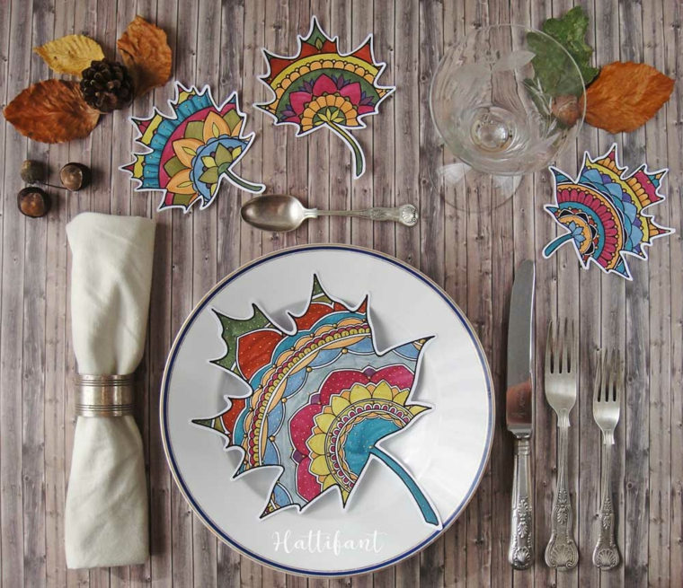 Disegni autunno da colorare, tavolo di legno apparecchiato con piatti e posate