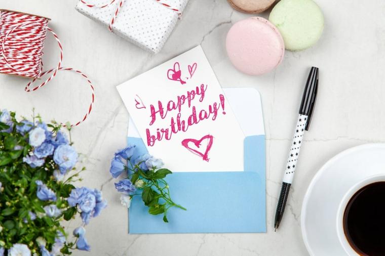 Auguri di buon compleanno originali, cartolina con scritta e disegno, foto di macarons