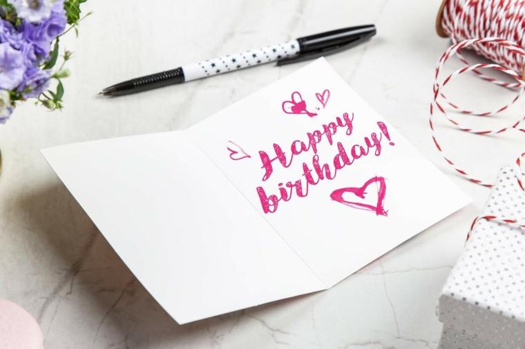 Auguri di compleanno simpatici, cartolina con scritta di colore rosso e disegno di cuore