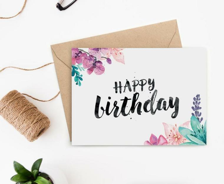 Cartoline di buon compleanno, biglietto con scritta Happy Birthday e busta marrone