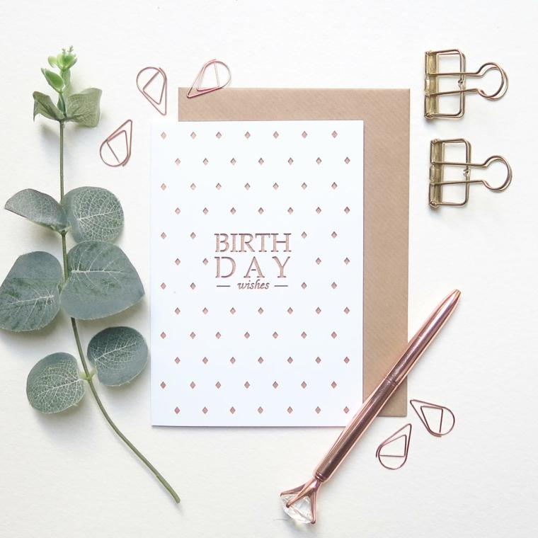 Cartoline di buon compleanno, biglietto con scritta ritagliata accanto ad un ramo